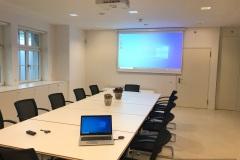 Sitzungszimmer_Raiffeisenbank_Spiez_Monitor_Leinwand_Beamer-22